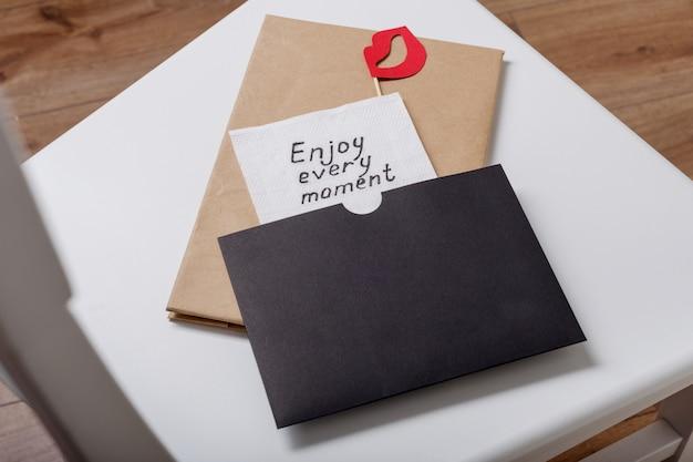 Aproveite cada momento inscrição manuscrita em um guardanapo