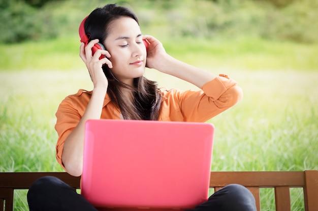 Aproveite o fundo do conceito de música e conceito de relaxamento.
