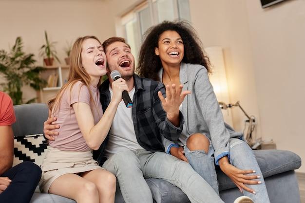 Aproveite os melhores amigos do karaokê parecendo felizes cantando com o microfone enquanto jogam karaokê em casa