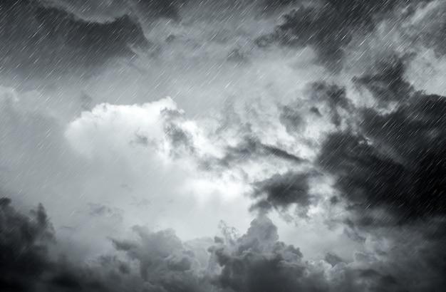 Aproximando-se nuvem de tempestade com chuva sobre o mar