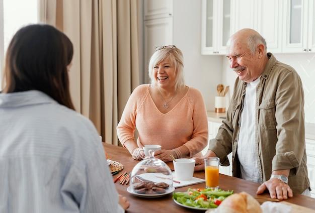Aproximar membros da família conversando