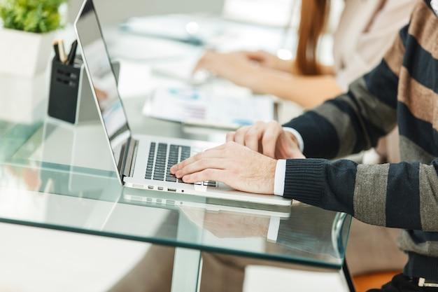 Aproximar um especialista em mãos em teclado de laptop