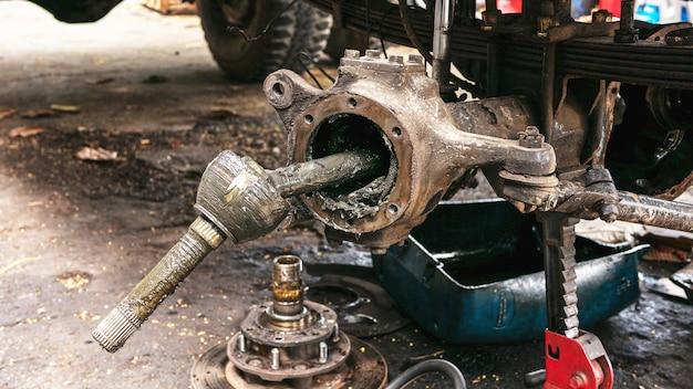 Aproxime o cubo da roda dianteira direita do carro para substituição e reparo.