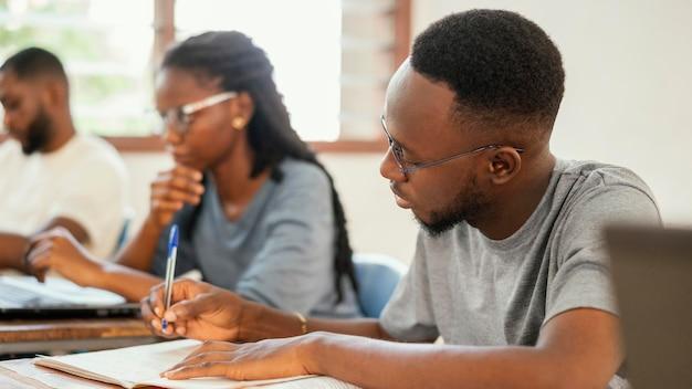 Aproxime os alunos estudando juntos