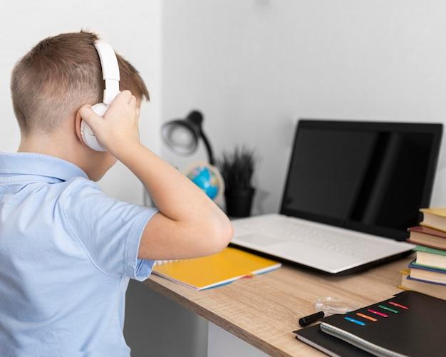 Aproxime-se criança usando fones de ouvido