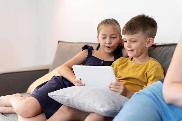 Aproxime-se, crianças segurando um tablet