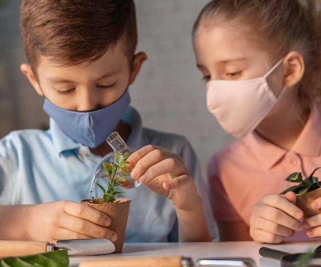 Aproxime-se, crianças usando máscaras