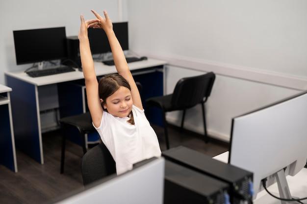 Aproxime-se da criança durante uma aula de educação de tecnologia