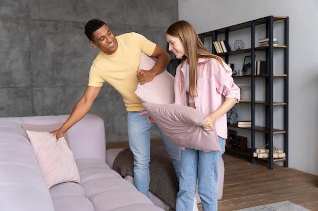 Aproxime-se das pessoas que estão deixando a casa confortável