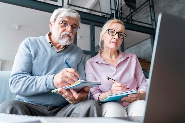 Aproxime-se do casal sênior enquanto aprende