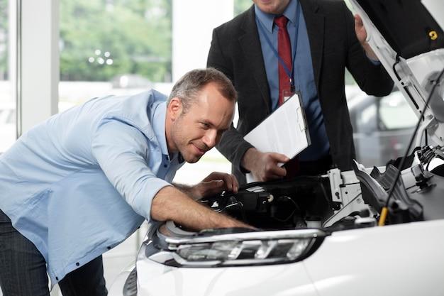 Aproxime-se do cliente com o empresário na concessionária de automóveis