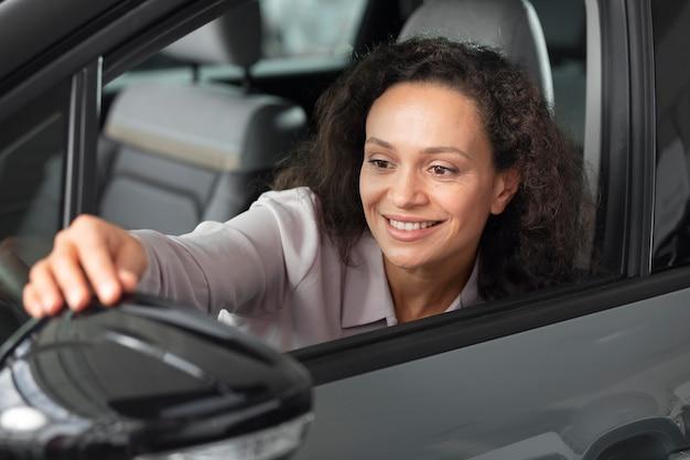 Aproxime-se do cliente satisfeito na concessionária de automóveis