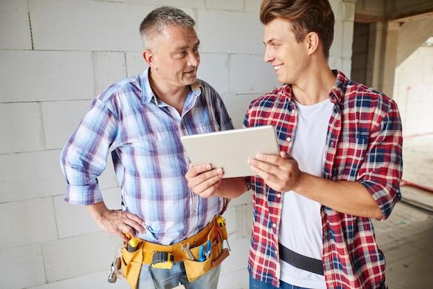 Aproxime-se do experiente carpinteiro e seu funcionário mais jovem