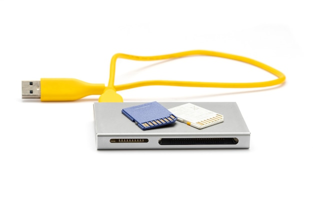 Aproxime-se do leitor de cartão usb 3.0 com cartão sd (micro sd) isolado na superfície branca.