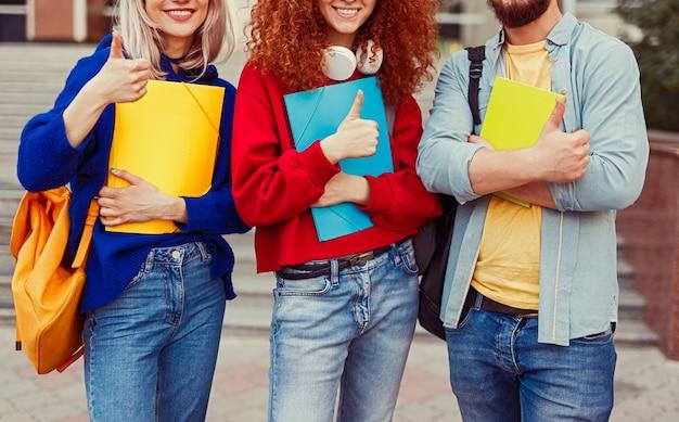 Aproxime-se dos amigos alunos mostrando os polegares