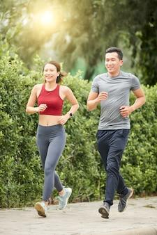Apto casal correndo juntos