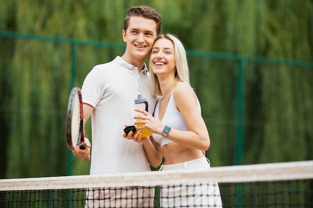 Apto casal juntos na quadra de tênis