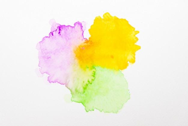 Aquarela abstrata violeta, amarela e verde sobre papel
