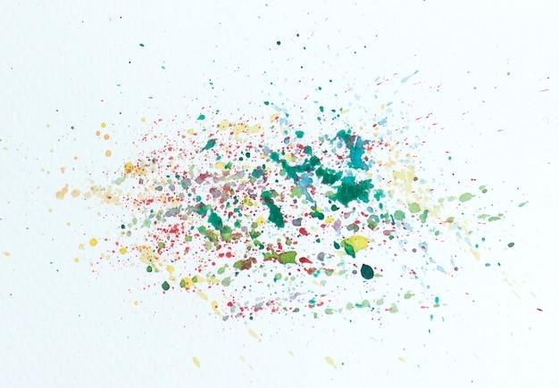 Aquarela colorida cai ou respingos em fundo branco.