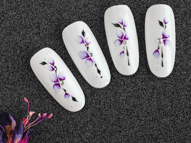 Aquarela com flores de cerejeira nas pontas. manicure, design de primavera