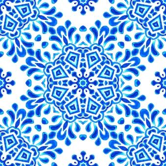Aquarela de azulejos de mão desenhada de padrão de mandala abstrato azul e branco. decoração de férias de inverno