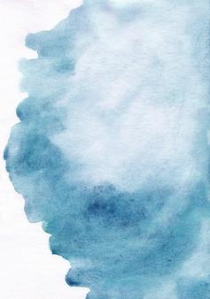 Aquarela mancha azul em fundo branco