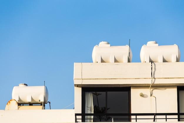 Aquecedor solar para energia verde. painéis de água quente contemporâneos em uma casa