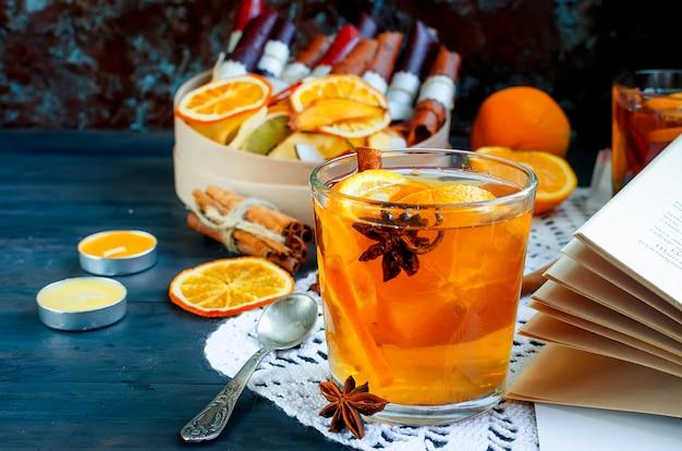 Aquecimento de chá de laranja e frutas secas