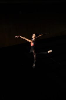Aquecimento e ensaio de uma bailarina profissional
