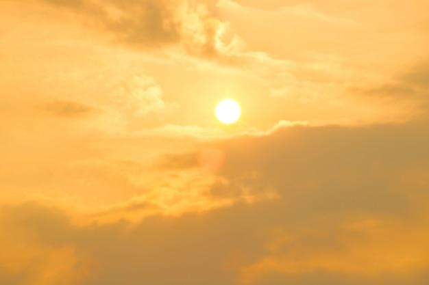 Aquecimento global pelo sol e queima, sol quente por ondas de calor, mudança climática