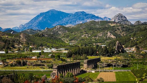 Aqueduto da antiga cidade de aspendos, turquia.
