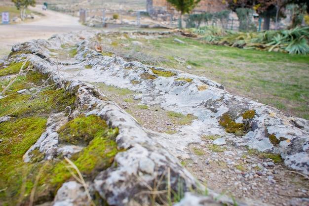 Aqueduto no território da cidade antiga do hierapolis.