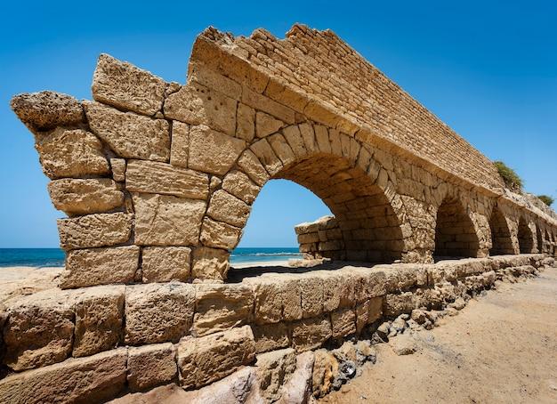 Aqueduto romano antigo em ceasarea, na costa do mar mediterrâneo