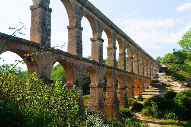 Aqueduto romano de ferreres em dia ensolarado