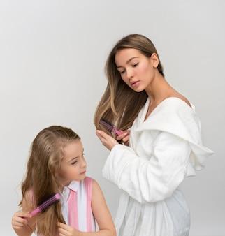 Aqueles doces momentos de mãe e filha se preparando