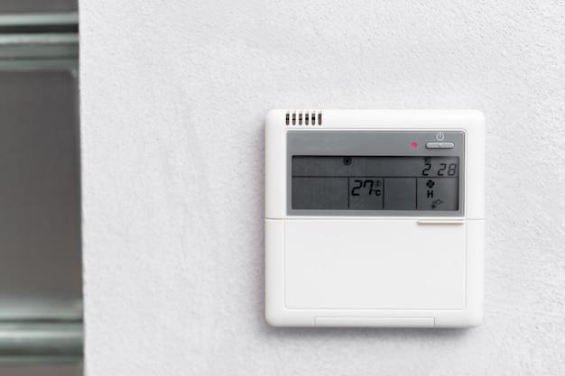 Ar condicionado controle remoto em um quarto de hotel