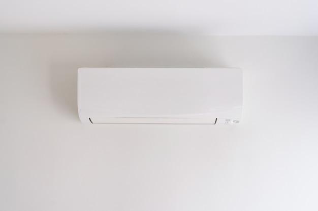Ar condicionado na parede branca