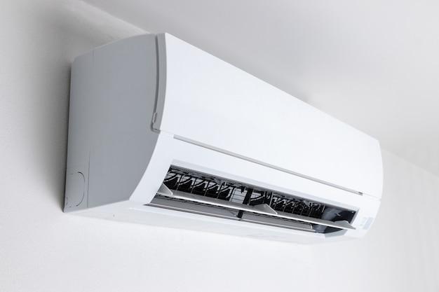 Ar condicionado para refrescar o ar fresco no quarto