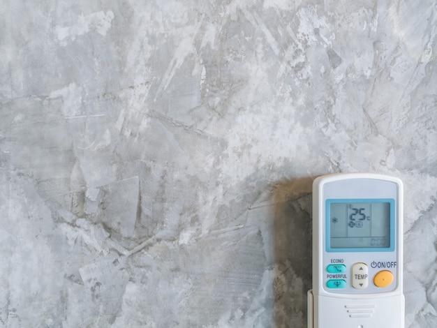 Ar condicionado remoto na parede estilo loft
