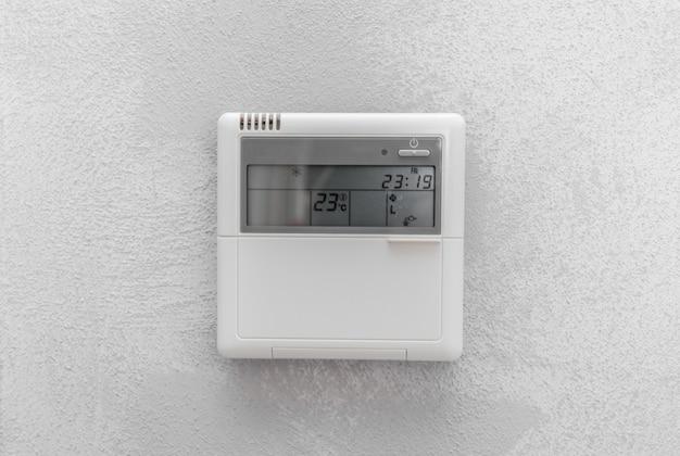 Ar condicionado remoto no quarto do escritório