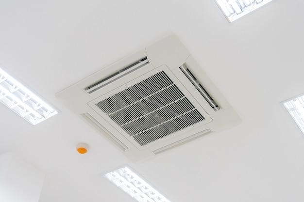 Ar condicionado tipo cassete com instalação de sistema de iluminação e proteção contra incêndio