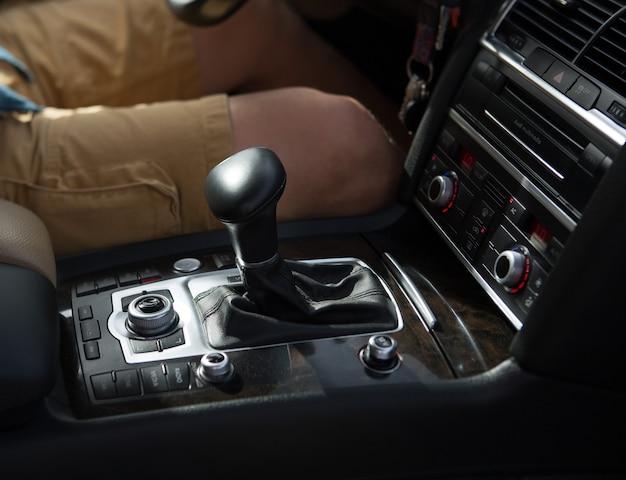 Ð¡ar dentro com transmissão automática e motorista masculino