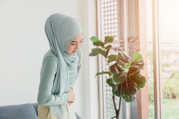 Arab islam as mulheres têm dores de estômago, cólicas graves, dores abdominais devido à menstruação ou expressão de problemas de saúde menstruais.