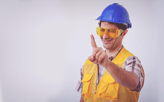 Árabe engenheiro homem usar capacete de segurança de boné azul