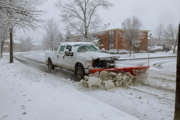 Arado de neve que remove a neve da rua.