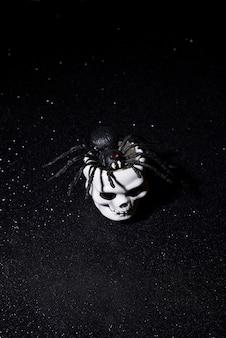 Aranha assustadora saindo de um crânio para o halloween