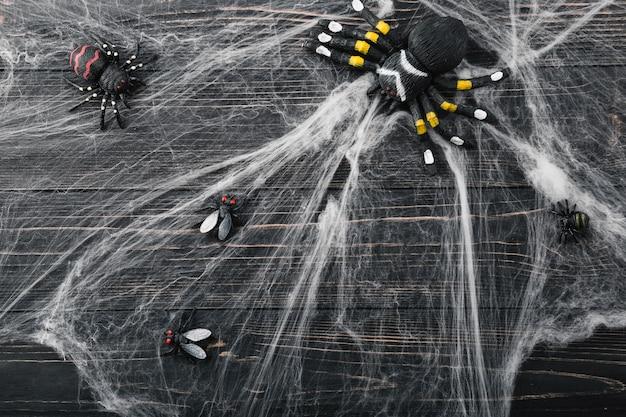 Aranhas do dia das bruxas e moscas na telha de aranha