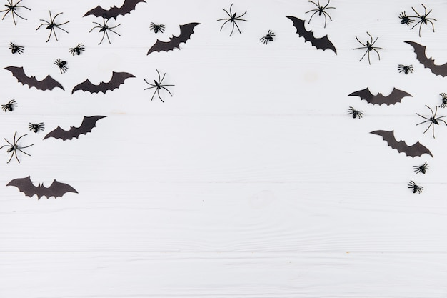 Aranhas e morcegos em branco de madeira