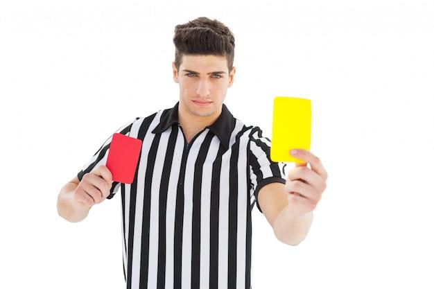 Árbitro de popa mostrando cartão amarelo
