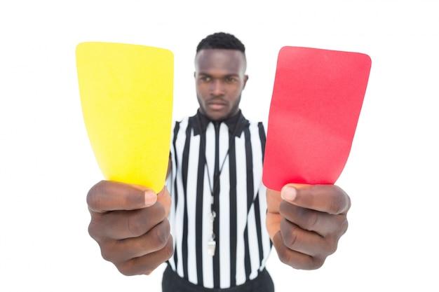 Árbitro grave mostrando o cartão amarelo e vermelho